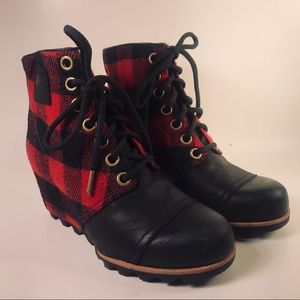 Sorel red and black plaid boots NWT size 8